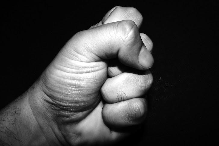憤って強く握り締めた拳