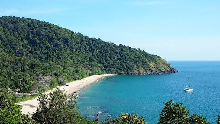 小高い丘の上から望むランター島の浜辺