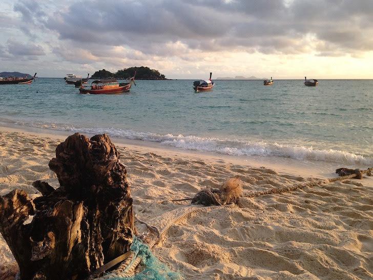 小舟が近くに浮かぶリペ島