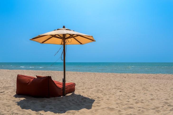 タイの砂浜にあるビーチパラソル