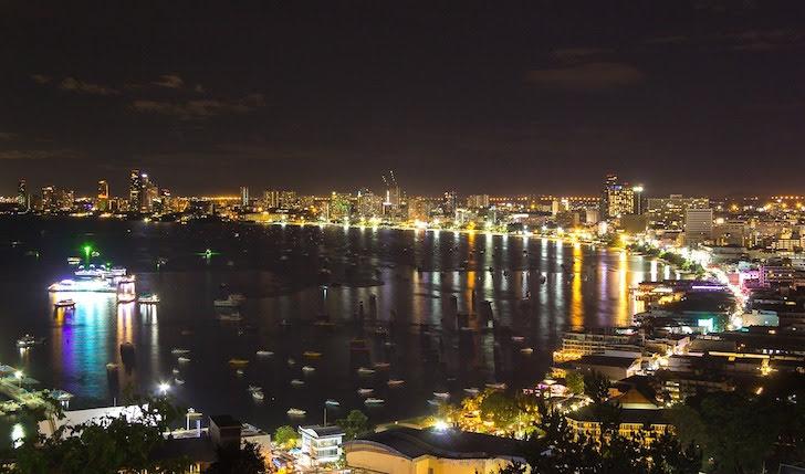 夜のパタヤの海岸線