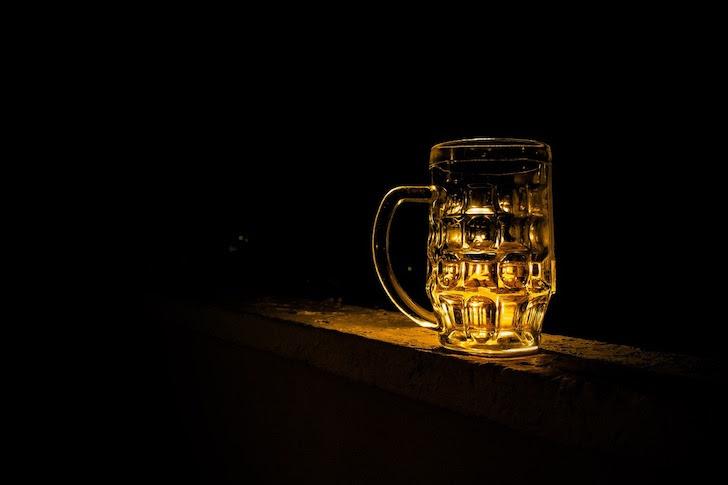 暗がりにあるビールジョッキ