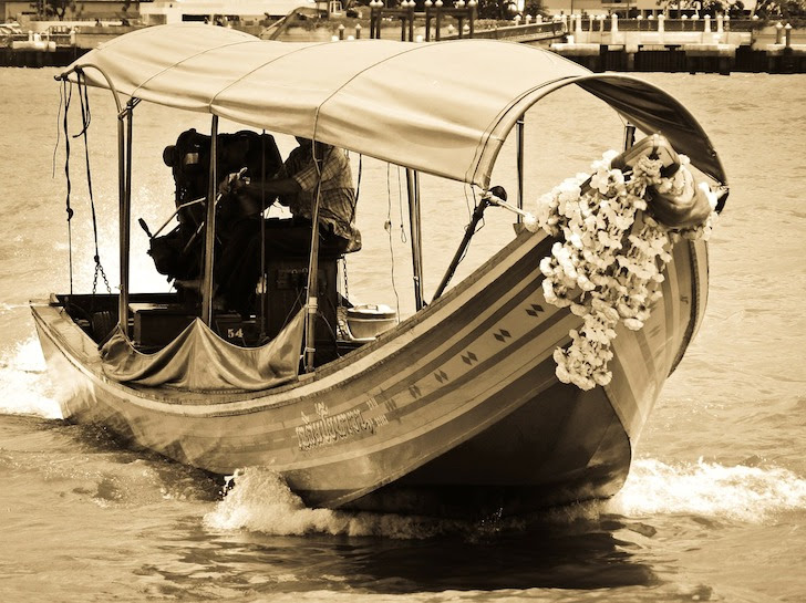 チャオプラヤー川を渡る小舟