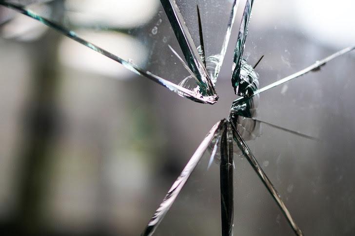 拳銃の発砲で割れた窓ガラス