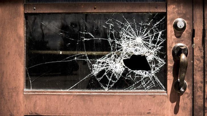 割られたドアのガラス部分