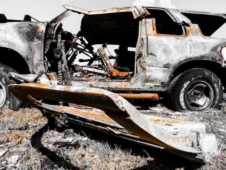 交通事故で大破した自動車