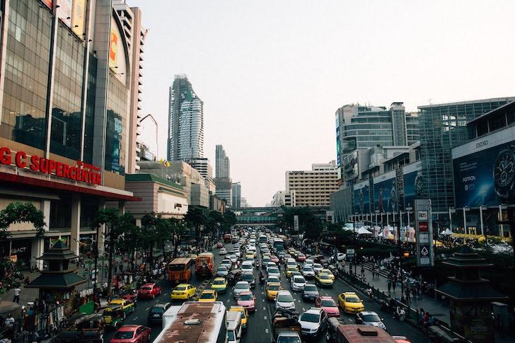 バンコクの幹線道路で起きる交通渋滞