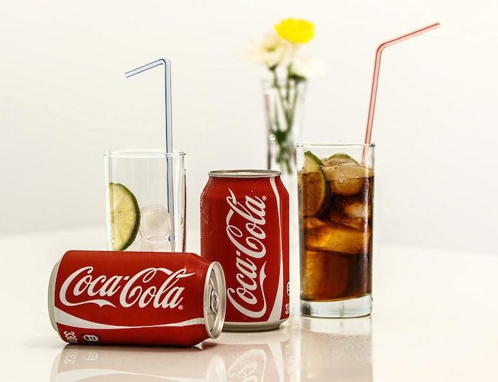 テーブルに並べられたコーラ飲料
