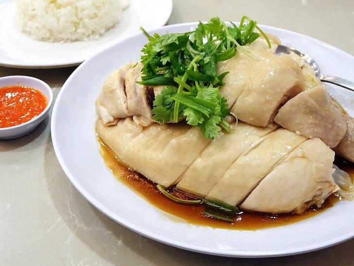 お皿に盛られたカオマンガイ