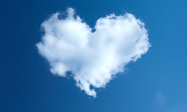 青空に浮かぶハート型の雲