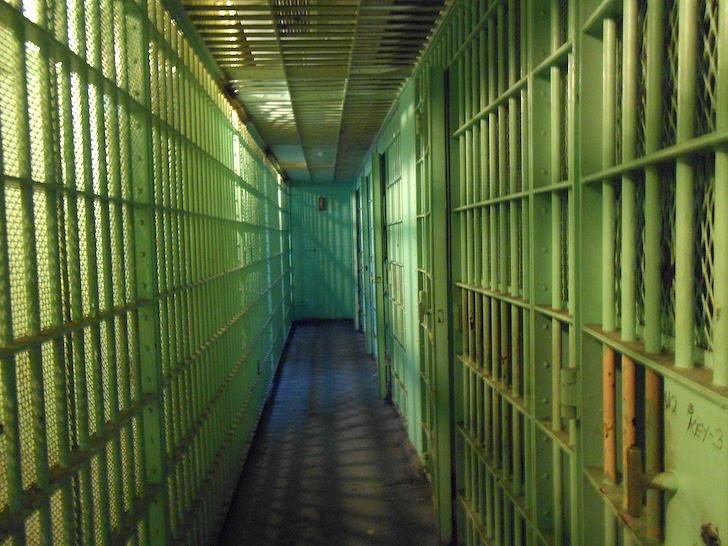 重苦しい雰囲気の刑務所のろう屋