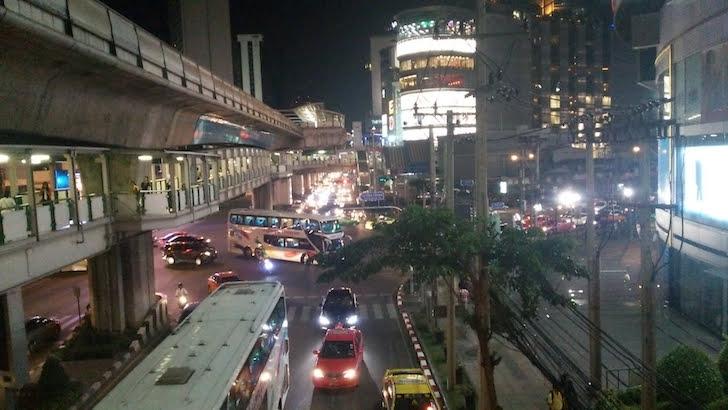 バンコク・アソーク付近を走行する夜行バス