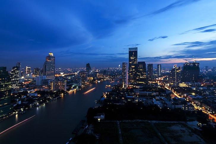 日没間もないバンコクの夜景