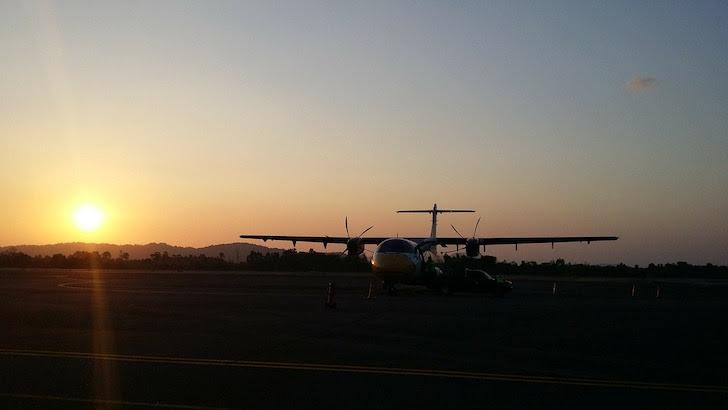 夕暮れの空港とノックエアのプロペラ機