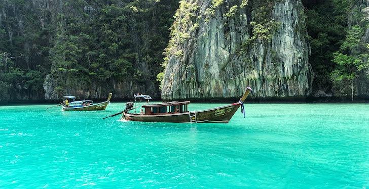 ピピ島に浮かぶ木船と澄んだ海
