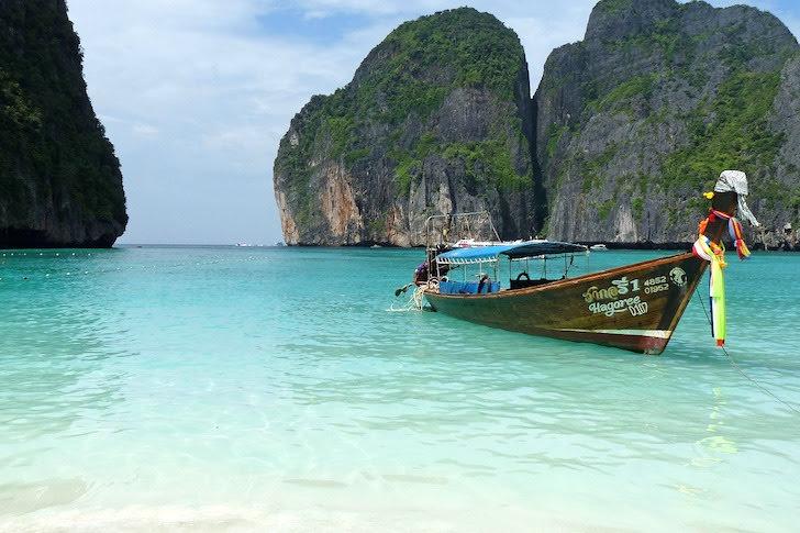 ピピ島の砂浜から見える小島と透明に澄んだ海