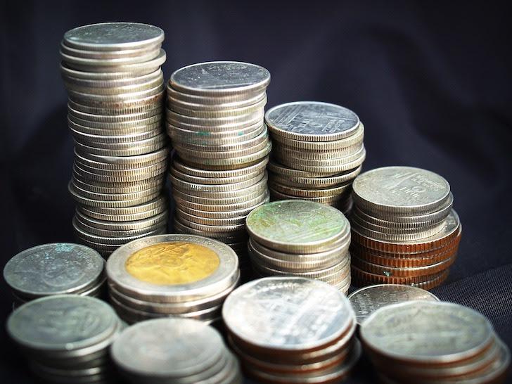 きっちり積まれたタイの硬貨