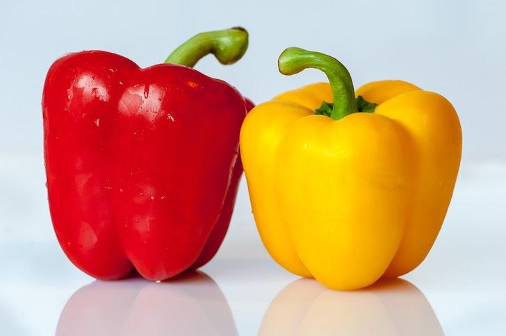 並べて置かれている黄色と赤色のパプリカ