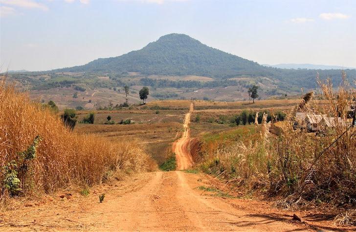 ペッチャブーン県の山に続く道
