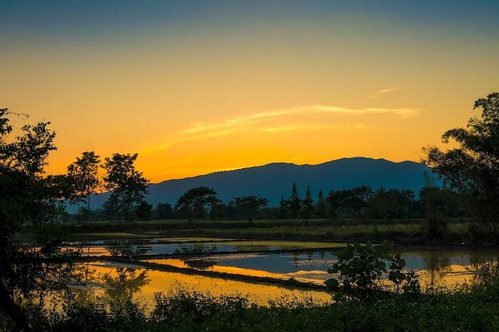 タイの山間に暮れなずむ夕日