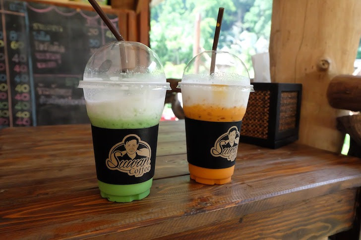 タイにあるスワンカフェの色彩豊かな飲み物