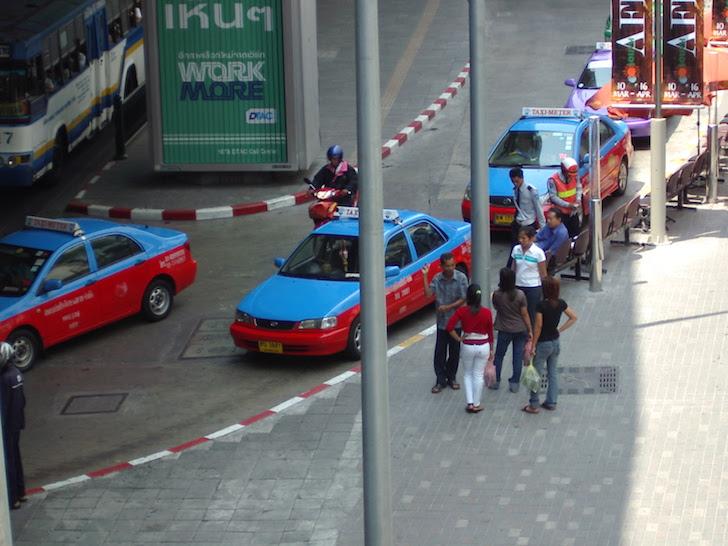 客引きしているバンコクのタクシー運転手