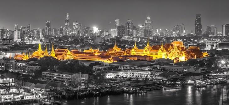神々しく輝く夜のエメラルド寺院