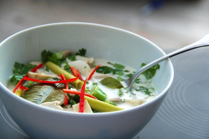 スープ皿に入れられたトムカーガイ