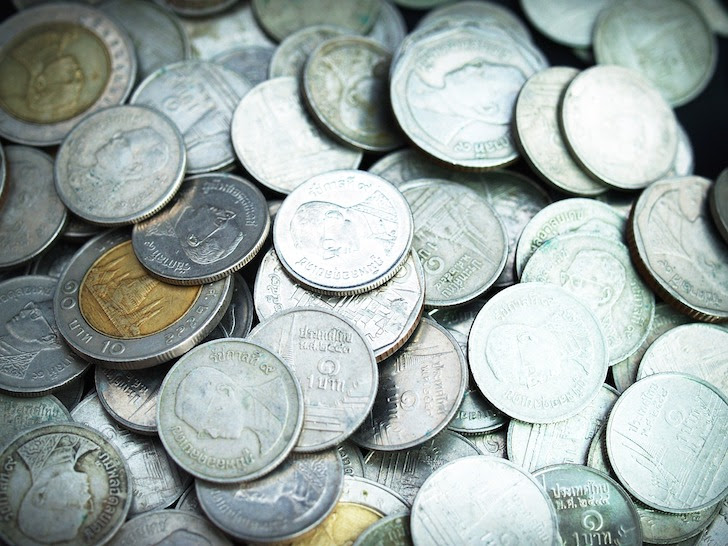 無造作に積まれたタイの硬貨
