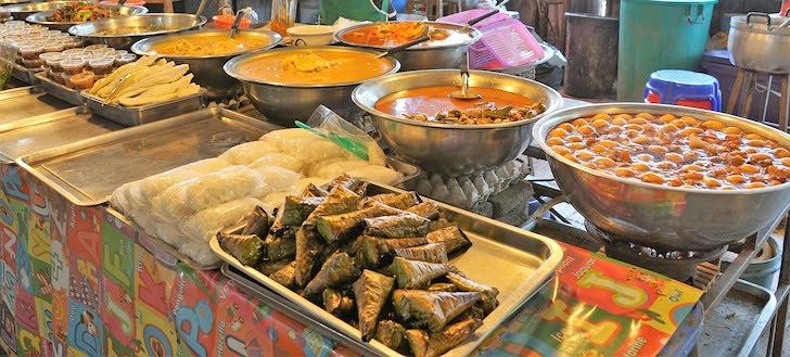 タイの屋台に並ぶタイ料理