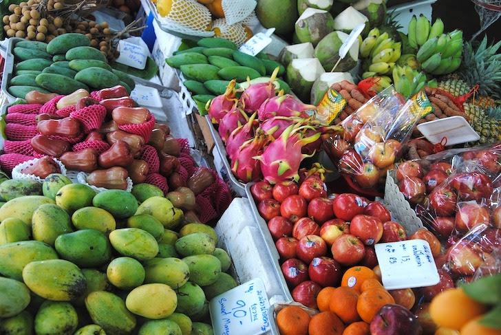 タイの市場に並ぶフルーツ