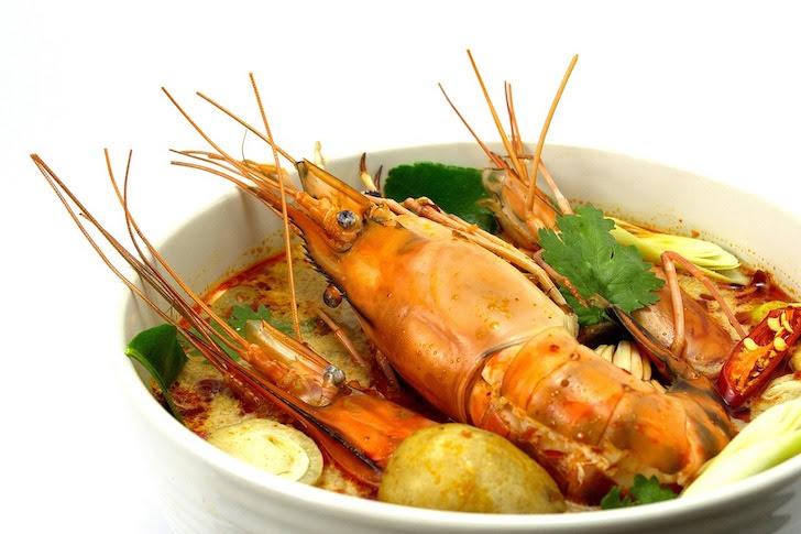 スープ皿に入れられたトムヤムクン