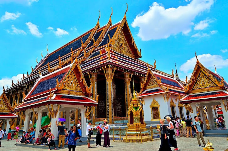 観光客が集まるタイの寺院