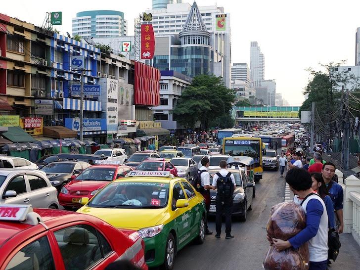 日中のバンコク・ラーチャダムリ通りの交通渋滞