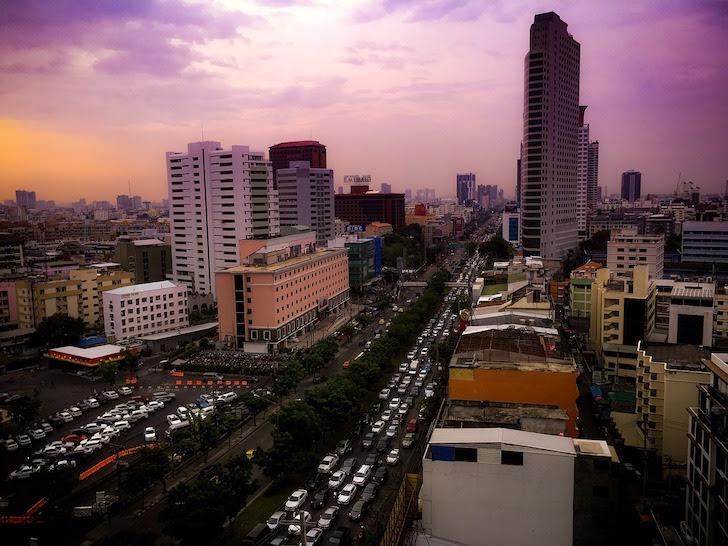 夕刻のバンコク・ラッチャダーピセーク通りの交通渋滞