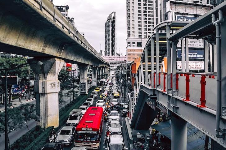 日中のバンコク・スクンビット通りの交通渋滞