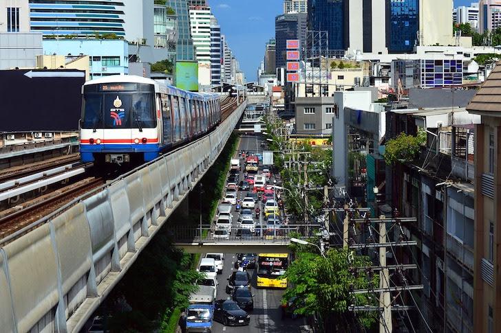 高架鉄道・BTSと高架下の道路を走る自動車