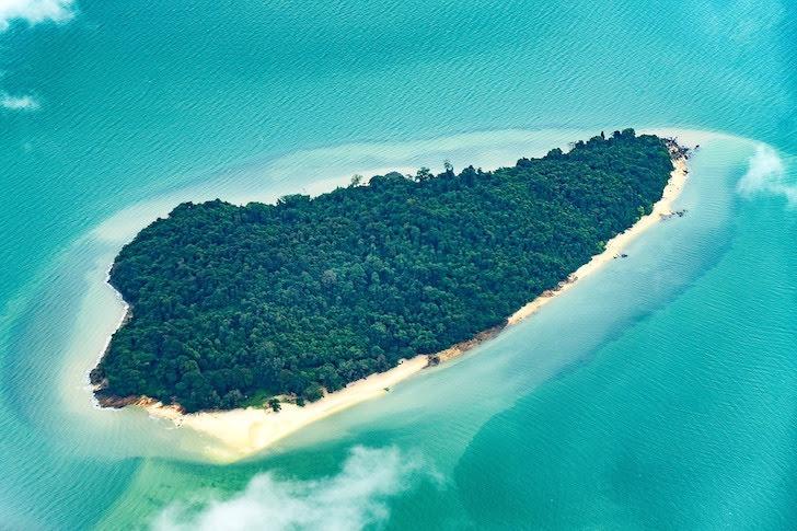 タイの奇麗な海に囲まれた小島