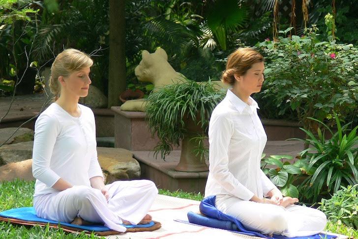 座禅を組んで瞑想(めいそう)する女性たち
