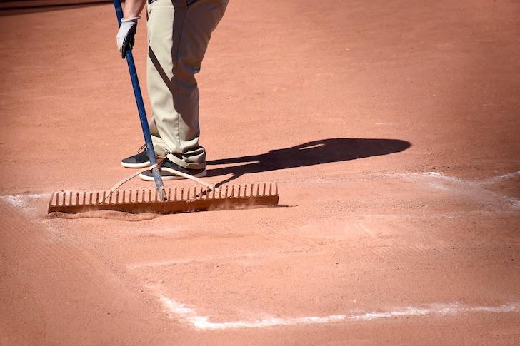 野球場の整備をする職員