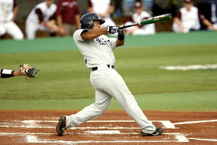 高めのボール気味の球を強振する左打者