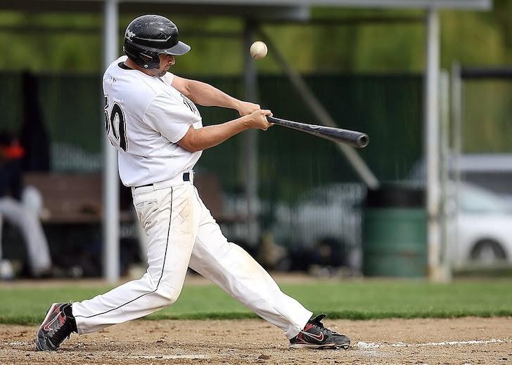 投球を打ち上げた右打者