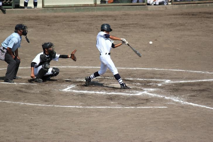 投球を打ち返そうとする左打者