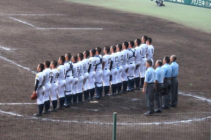 試合に勝利した高校の校歌演奏と校旗掲揚