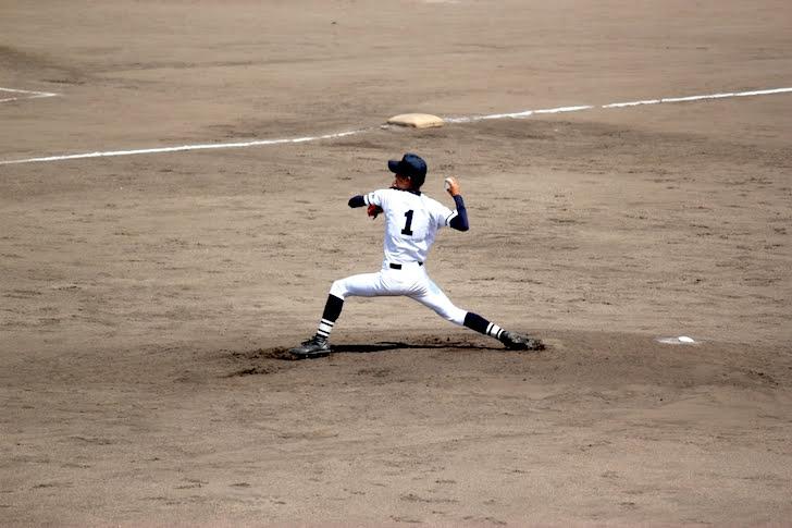 高校野球の小柄な右投手