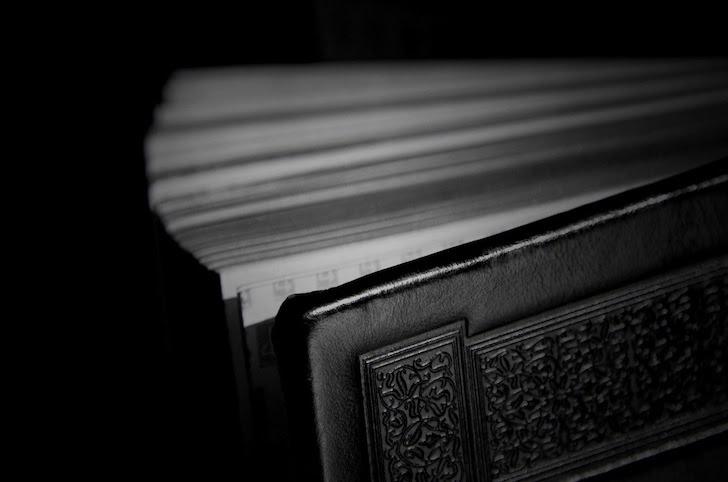 何が書かれているか不明の不気味な黒色の書物