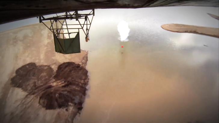 航空機から反跳爆弾に模して落とされたドラム缶