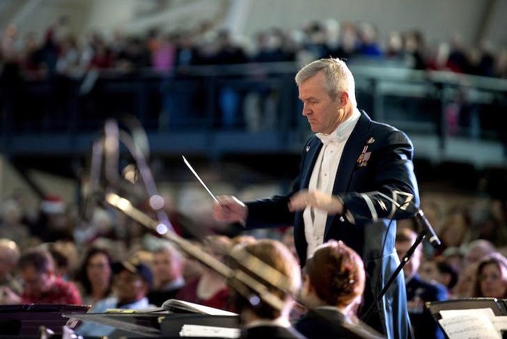 オーケストラの指揮者