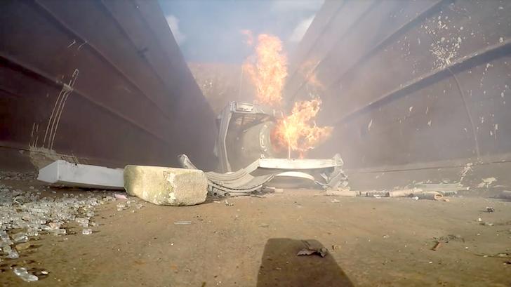 破壊され炎上する洗濯機