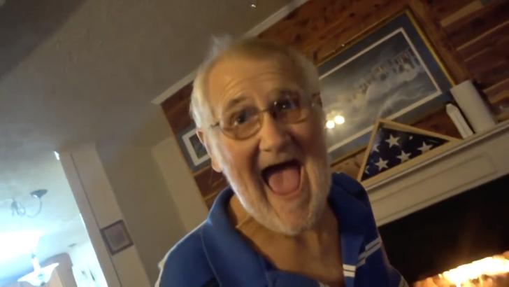 自らのへに大笑いする老年の男性